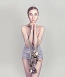 Πορτρέτο του κοριτσιού, συνδεδεμένο ρολόι τσεπών Στοκ Φωτογραφίες