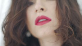 Πορτρέτο του κοριτσιού brunette με τα κόκκινα χείλια απόθεμα βίντεο