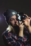 Πορτρέτο του κοριτσιού hipster που παίρνει την εικόνα με την αναδρομική κάμερα Στοκ εικόνες με δικαίωμα ελεύθερης χρήσης