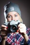 Πορτρέτο του κοριτσιού hipster που παίρνει την εικόνα με την αναδρομική κάμερα Στοκ φωτογραφία με δικαίωμα ελεύθερης χρήσης