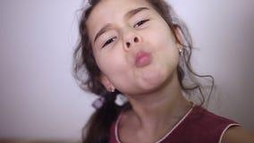 Πορτρέτο του κοριτσιού preschooler με το ανοικτό στόμα χωρίς δόντι γάλακτος απόθεμα βίντεο