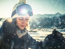 Πορτρέτο του κοριτσιού snowboarder στο υπόβαθρο του υψηλού βουνού Στοκ Εικόνα