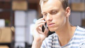 Πορτρέτο του κουρασμένου ατόμου που μιλά στο τηλέφωνο, που συζητά το ζήτημα στο τηλέφωνο Στοκ εικόνες με δικαίωμα ελεύθερης χρήσης