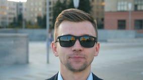 Πορτρέτο του κουρασμένου επιχειρηματία στο χασμουρητό γυαλιών ηλίου υπαίθριο Εξαντλημένο νυσταλέο άτομο που ανοίγει το στόμα του  απόθεμα βίντεο