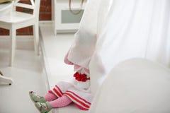Πορτρέτο του κρυφοκοιτάγματος μικρών κοριτσιών από τις κουρτίνες στο σπίτι στοκ εικόνες με δικαίωμα ελεύθερης χρήσης