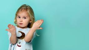 Πορτρέτο του λατρευτού έκπληκτου μικρού κοριτσιού που απομονώνεται σε ένα πράσινο στοκ φωτογραφίες με δικαίωμα ελεύθερης χρήσης