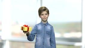 Πορτρέτο του λατρευτού αγοριού με το κιβώτιο δώρων απόθεμα βίντεο