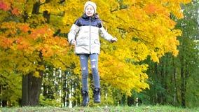 Πορτρέτο του λατρευτού μικρού κοριτσιού με την κίτρινη ανθοδέσμη φύλλων το φθινόπωρο απόθεμα βίντεο