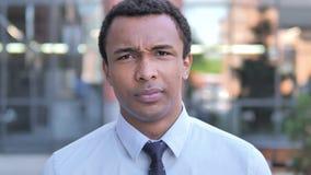 Πορτρέτο του λυπημένου αφρικανικού επιχειρηματία απόθεμα βίντεο