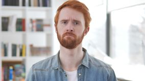 Πορτρέτο του λυπημένου περιστασιακού Redhead ατόμου που ανατρέπεται από την απώλεια φιλμ μικρού μήκους