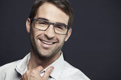 Πορτρέτο του μέσου ενήλικου ατόμου που φορά τα γυαλιά Στοκ Φωτογραφίες
