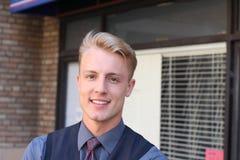 Πορτρέτο του μικρού ιδιοκτήτη επιχείρησης: υπερήφανος νεαρός άνδρας και το κατάστημά του Στοκ εικόνες με δικαίωμα ελεύθερης χρήσης