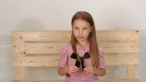 Πορτρέτο του μικρού κοριτσιού κοντά στον eco-πάγκο στο στούντιο με ένα άσπρο υπόβαθρο απόθεμα βίντεο