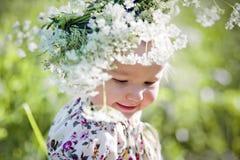 Πορτρέτο του μικρού κοριτσιού με το στεφάνι Στοκ εικόνα με δικαίωμα ελεύθερης χρήσης