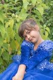 Πορτρέτο του μικρού κοριτσιού που εξετάζει σοβαρά τη κάμερα υπαίθρια Στοκ εικόνα με δικαίωμα ελεύθερης χρήσης