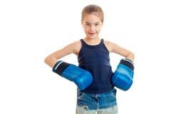 Πορτρέτο του μικρού κοριτσιού στα μπλε εγκιβωτίζοντας γάντια Στοκ Εικόνες