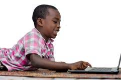 Πορτρέτο του μικρού παιδιού με το lap-top στοκ εικόνα με δικαίωμα ελεύθερης χρήσης