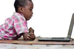 Πορτρέτο του μικρού παιδιού με το lap-top στοκ εικόνες