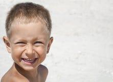 Πορτρέτο του μικρού παιδιού που χαμογελά στο υπόβαθρο της παραλίας θάλασσας στοκ φωτογραφίες