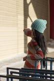 Πορτρέτο του μοντέρνου ασιατικού κοριτσιού στην οδό Στοκ Εικόνες
