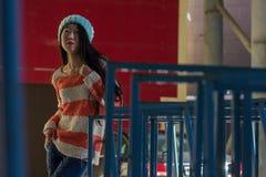 Πορτρέτο του μοντέρνου ασιατικού κοριτσιού στην οδό Στοκ φωτογραφία με δικαίωμα ελεύθερης χρήσης