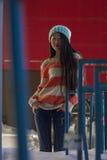 Πορτρέτο του μοντέρνου ασιατικού κοριτσιού στην οδό Στοκ φωτογραφίες με δικαίωμα ελεύθερης χρήσης