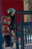 Πορτρέτο του μοντέρνου ασιατικού κοριτσιού στην οδό Στοκ Εικόνα