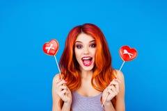 Πορτρέτο του μοντέρνου αστείου ευτυχούς ξένοιαστου κοριτσιού με την τρίχα χ πιπεροριζών στοκ εικόνες με δικαίωμα ελεύθερης χρήσης