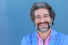 Πορτρέτο του μοντέρνου χαμόγελου επιχειρηματιών στο μπλε υπόβαθρο τοίχων με το διάστημα αντιγράφων στοκ φωτογραφίες με δικαίωμα ελεύθερης χρήσης
