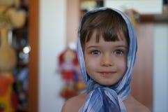 Πορτρέτο του μοντέρνου όμορφου μικρού παιδιού στο headscarf Στοκ εικόνα με δικαίωμα ελεύθερης χρήσης