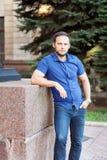 Πορτρέτο του μοντέρνου όμορφου νεαρού άνδρα με τη στάση σκληρών τριχών Στοκ εικόνα με δικαίωμα ελεύθερης χρήσης