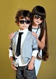 Πορτρέτο του μοντέρνων μικρού παιδιού και του κοριτσιού Στοκ εικόνα με δικαίωμα ελεύθερης χρήσης
