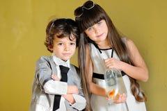 Πορτρέτο του μοντέρνων μικρού παιδιού και του κοριτσιού Στοκ φωτογραφία με δικαίωμα ελεύθερης χρήσης
