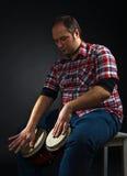 Πορτρέτο του μουσικού με το bongo Στοκ Φωτογραφίες