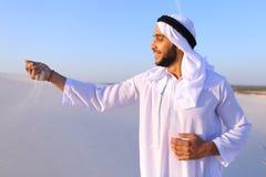 Πορτρέτο του μουσουλμανικού ατόμου στην αμμώδη έρημο στο σαφές θερινό απόγευμα Στοκ εικόνες με δικαίωμα ελεύθερης χρήσης