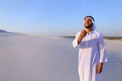 Πορτρέτο του μουσουλμανικού ατόμου στην αμμώδη έρημο στο σαφές θερινό απόγευμα Στοκ Φωτογραφίες
