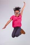 Πορτρέτο του νέου άλματος κοριτσιών αφροαμερικάνων Στοκ Εικόνα