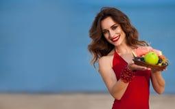 Πορτρέτο του νέου έγκυου όμορφου brunette με τη σγουρή τρίχα μέσα Στοκ Φωτογραφία