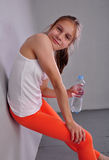 Πορτρέτο του νέου αθλητικού κοριτσιού εφήβων με ένα μπουκάλι του πόσιμου νερού Στοκ Εικόνα