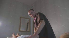 Πορτρέτο του νέου αρσενικού maasagist στην εργασία luxury spa στο σαλόνι φιλμ μικρού μήκους