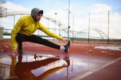 Πορτρέτο του νέου ατόμου αθλητών στο windbreaker που προετοιμάζεται να ασκήσει στοκ εικόνες