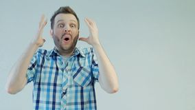 Πορτρέτο του νέου γενειοφόρου ατόμου, που συγκλονίζεται ή έκπληκτο, ανθρώπινη συγκίνηση έννοιας φιλμ μικρού μήκους