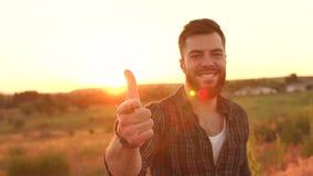 Πορτρέτο του νέου γενειοφόρου ατόμου στο ηλιοβασίλεμα απόθεμα βίντεο
