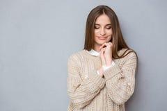 Πορτρέτο του νέου γλυκού ντροπαλού όμορφου κοιτάγματος κοριτσιών κάτω Στοκ Φωτογραφίες