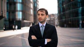 Πορτρέτο του νέου επιχειρηματία που διασχίζει τα χέρια απόθεμα βίντεο