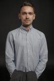 Πορτρέτο του νέου επιχειρηματία στο σκοτεινό υπόβαθρο Στοκ Φωτογραφία