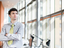 Πορτρέτο του νέου επιχειρησιακού ατόμου στο σύγχρονο γραφείο Στοκ εικόνα με δικαίωμα ελεύθερης χρήσης