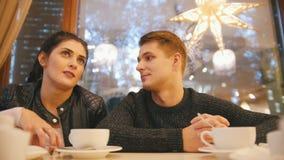 Πορτρέτο του νέου ευτυχούς ζεύγους - αρσενικό θηλυκό NAD στον καφέ φιλμ μικρού μήκους