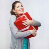 Πορτρέτο του νέου ευτυχούς κιβωτίου δώρων λαβής γυναικών χαμόγελου ΓΠ χαμόγελου Στοκ Φωτογραφίες