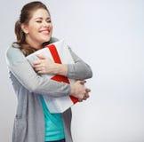 Πορτρέτο του νέου ευτυχούς κιβωτίου δώρων λαβής γυναικών χαμόγελου gir χαμογελώντας Στοκ Φωτογραφίες